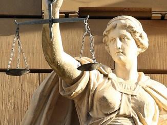 """Justitia Figur in """"echt"""" vor einem Gericht"""