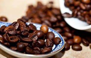 Schwarze Kaffeebohnen auf einem Löffel
