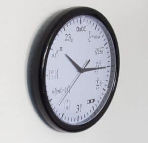 Eine Wanduhr für Mathematiker - Eine große Uhr an der Seite montiert - Uhr