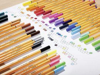 Den Rotstift immer griffbereit: Fineliner für Lehramt Studenten - Ein Bleistift auf einem Tisch - Stabilo Point 88