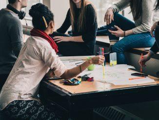 Studenten bei der Projektarbeit im Studium