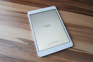 Apple iPad auf einem Tisch