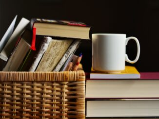 Tasse mit Büchern