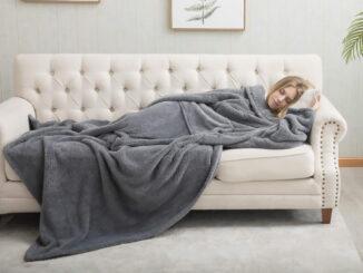 Dunkle Kuscheldecke auf einem Sofa